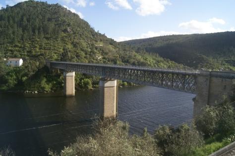 10.4.2016 ... eine (für mich) beängstigend schmale Brücke über den Tejo...